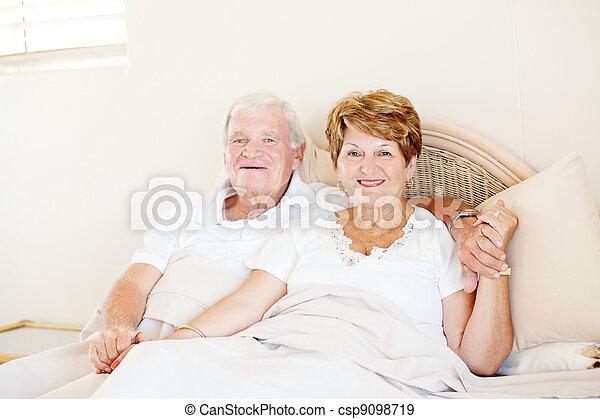 par, säng, gårdsbruksenheten räcker, senior, lycklig - csp9098719