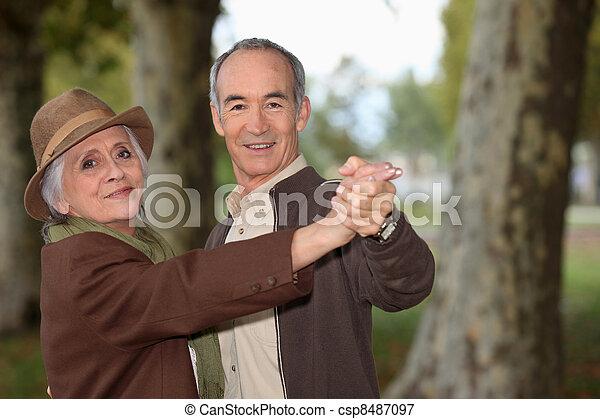 par velho, romanticos, passeio - csp8487097