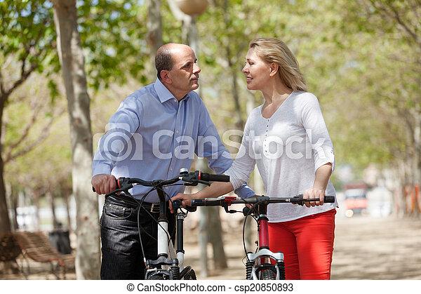para, bicycles, dojrzały - csp20850893