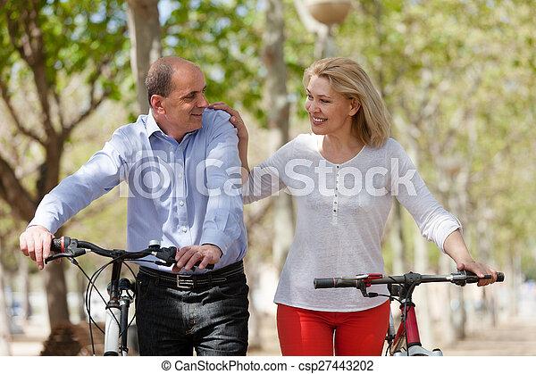 para, bicycles, dojrzały - csp27443202