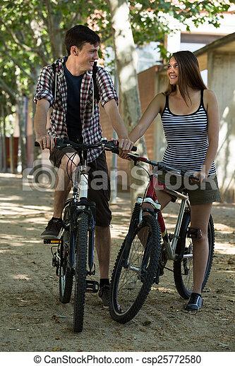 para, bicycles, młody - csp25772580