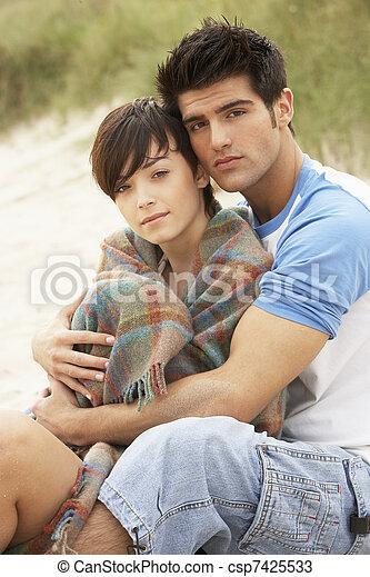 para biorąca w objęcia, plaża, romantyk, młody - csp7425533