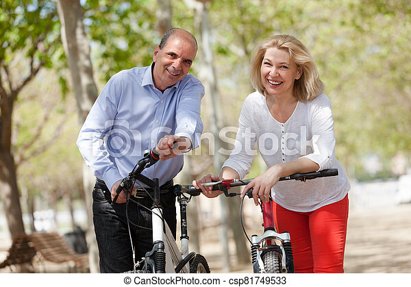 para, dojrzały, bicycles - csp81749533
