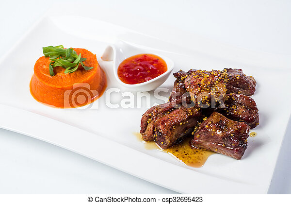 paradicsom, egészben sütött, disznóhús, szósz, háttér, püré, elszigetelt, sárgarépa, fehér, szervál, bakhátak - csp32695423