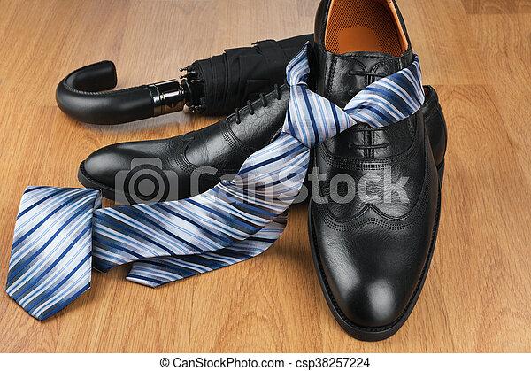 Zapatos de los hombres clásicos, Corbata, paraguas y bolso en el piso de madera, se pueden utilizar como fondo