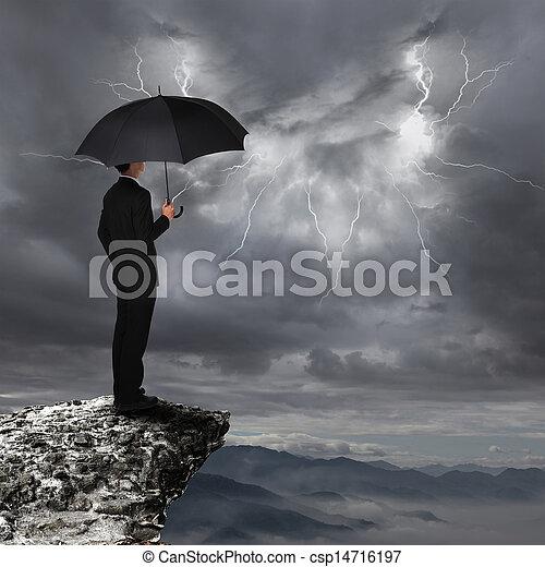 Hombre de negocios con paraguas parece una nube de tormenta - csp14716197