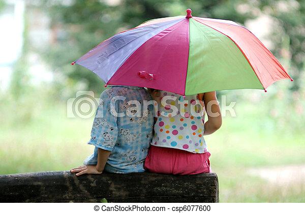 Niños bajo paraguas - csp6077600