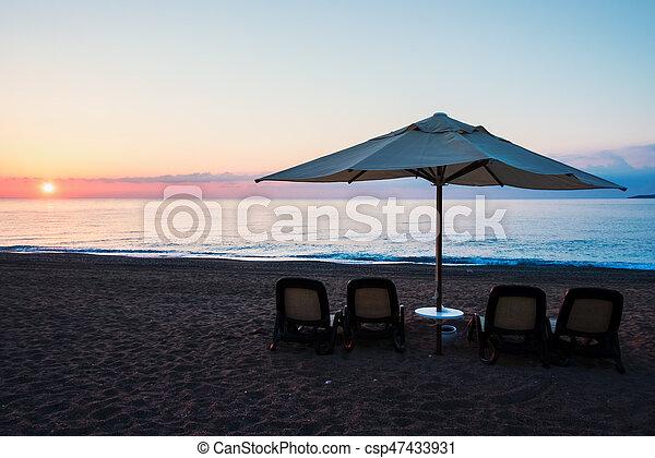 Sombrilla de sombrilla en la playa del mar - csp47433931