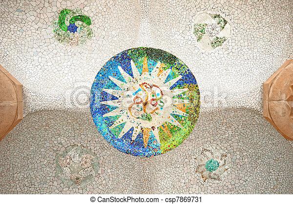 Un mosaico colorido en parc guell. - csp7869731