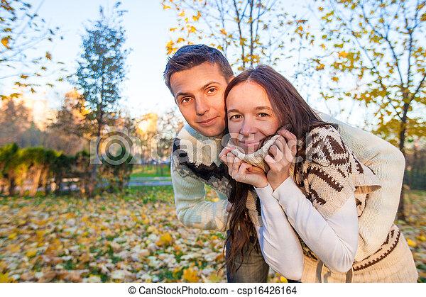 parc, couple, ensoleillé, avoir, automne, automne, amusement, portrait, jour, heureux - csp16426164
