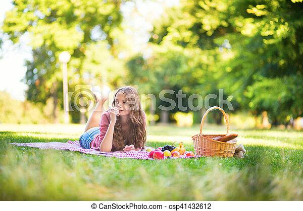 parc, girl, pique-nique - csp41432612