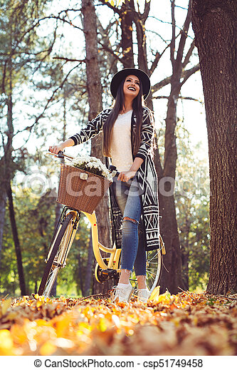 parc, marche, vélo, jeune, femme - csp51749458