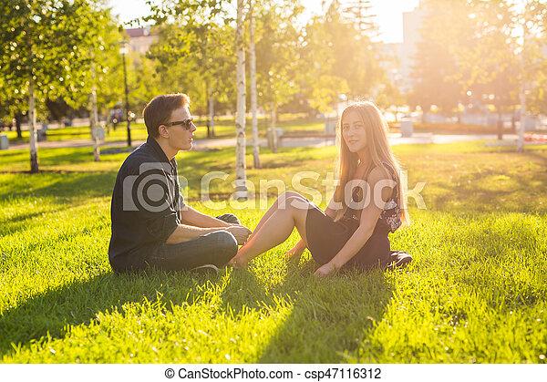 parc, mignon, couple, jour ensoleillé - csp47116312