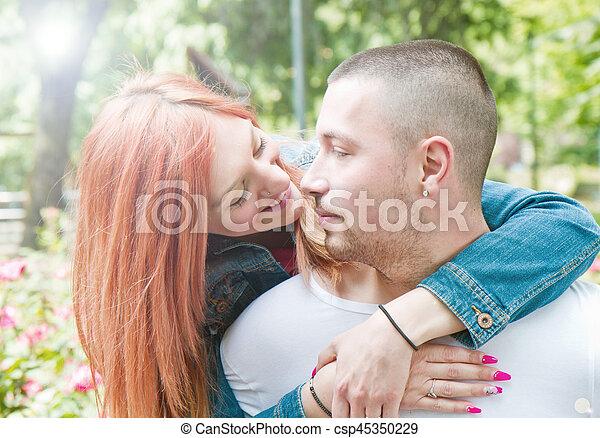 parc, mignon, couple, jour ensoleillé - csp45350229