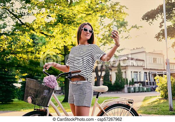 parc, vélo, selfie., femme, confection - csp57267962