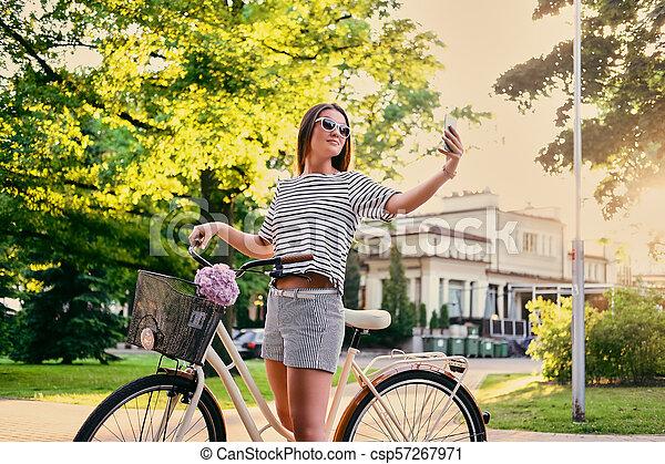 parc, vélo, selfie., femme, confection - csp57267971