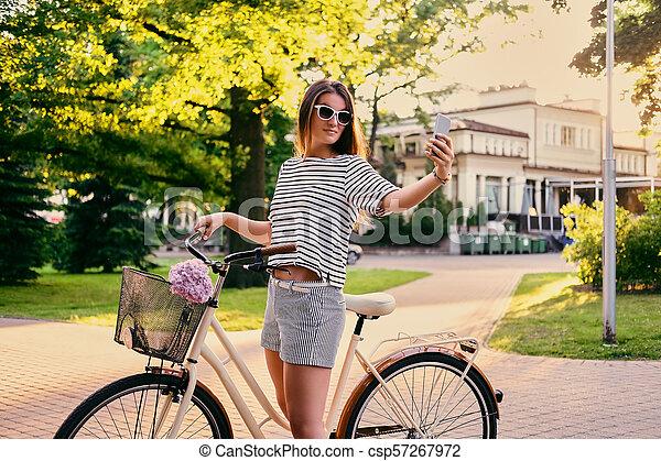 parc, vélo, selfie., femme, confection - csp57267972