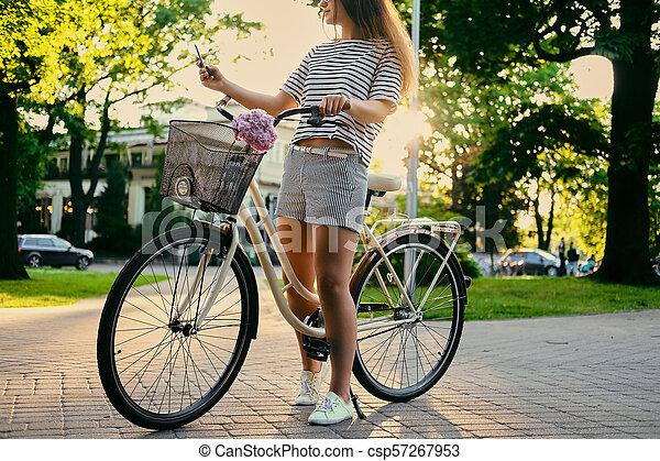 parc, vélo, selfie., femme, confection - csp57267953