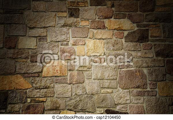 La pared masónica de piedra multicolor se iluminaba dramáticamente - csp12104450