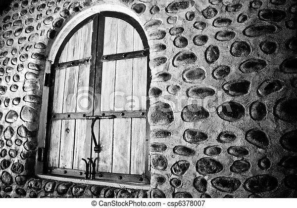 Vieja pared de piedra y ventana - csp6378007