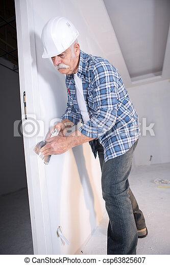 Constructor enyesando la pared - csp63825607