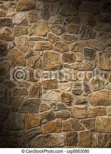 La pared de roca masónica se encendió diagonalmente - csp8953080