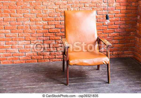 Un sillón en la pared de ladrillos - csp39321835