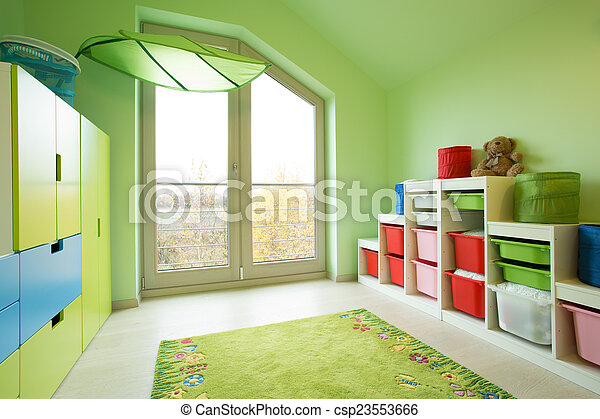 Habitación con paredes pintadas verdes - csp23553666