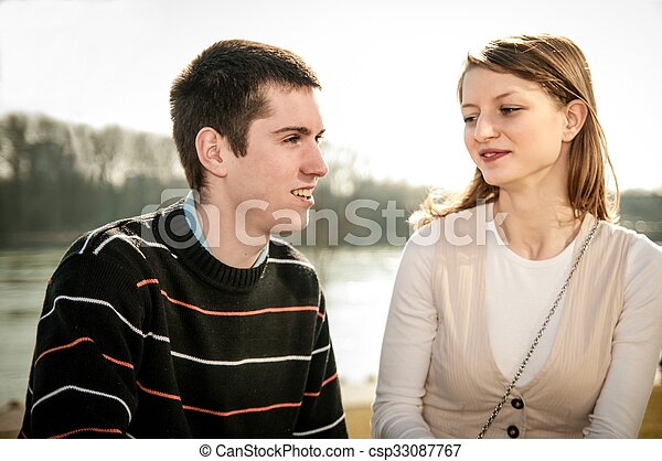 Una joven pareja enamorada juntos - csp33087767