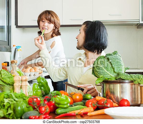 Una pareja encantadora cocinando - csp27503768