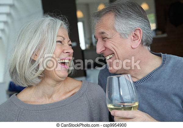 Retrato de feliz pareja de ancianos vitoreando con vino - csp9954900