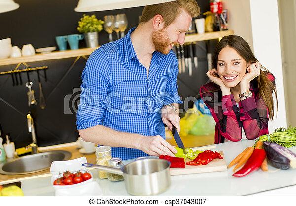 Una pareja cocinando juntos - csp37043007