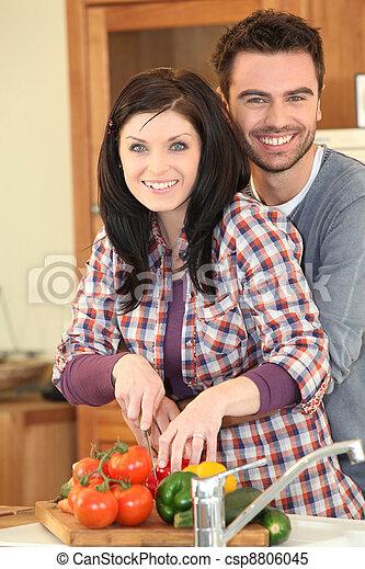 Una pareja cocinando juntos - csp8806045
