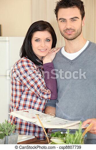 Una pareja cocinando juntos - csp8807739