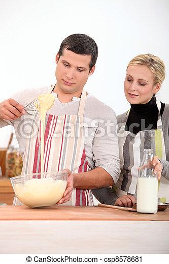 Una pareja cocinando juntos - csp8578681