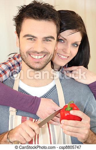 Una pareja cocinando juntos - csp8805747