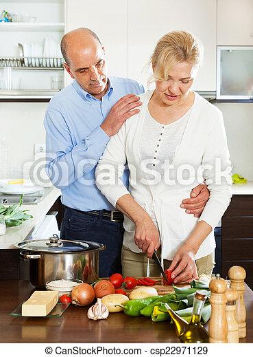 Amando a la pareja madura cocinando juntos - csp22971129
