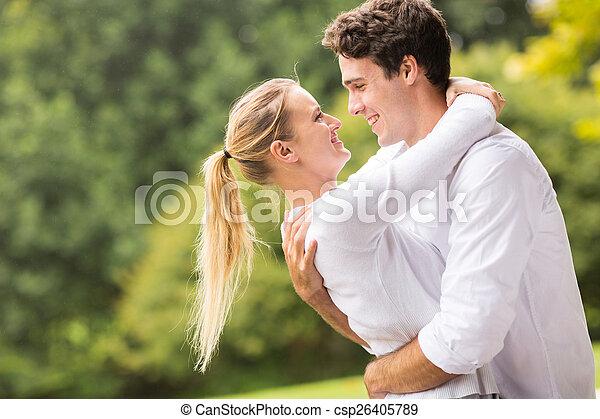 Una pareja joven y íntima coqueteando - csp26405789