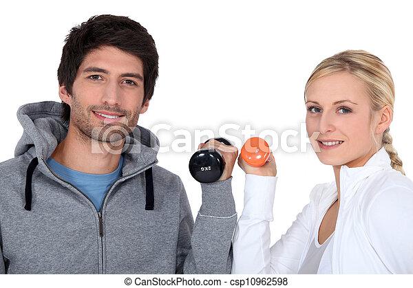 Una pareja joven con pesas - csp10962598