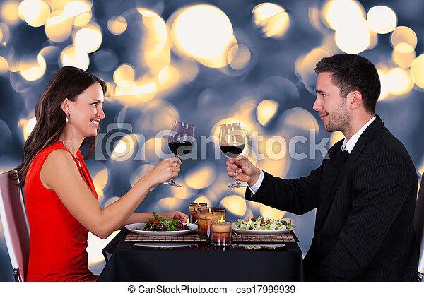 Una pareja feliz en el restaurante - csp17999939
