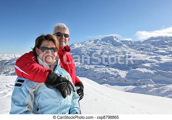 Pareja de mediana edad en vacaciones de esquí - csp8798865