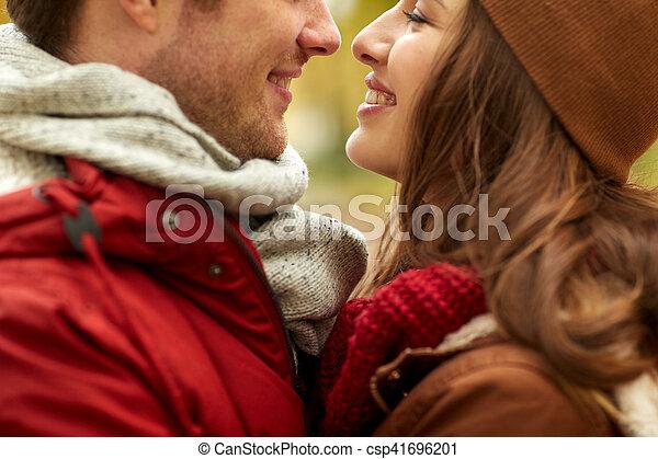Cerca de una feliz pareja besándose al aire libre - csp41696201