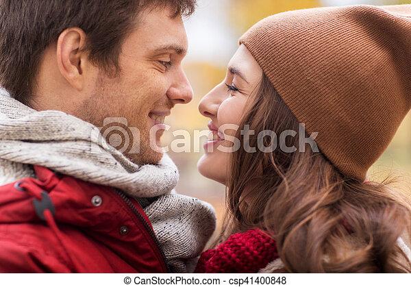Cerca de una feliz pareja besándose al aire libre - csp41400848