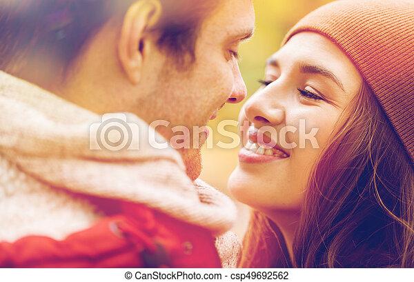 Cerca de una feliz pareja besándose al aire libre - csp49692562