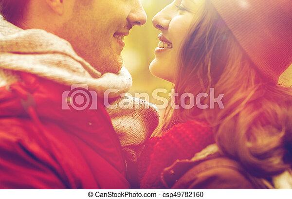 Cerca de una feliz pareja besándose al aire libre - csp49782160