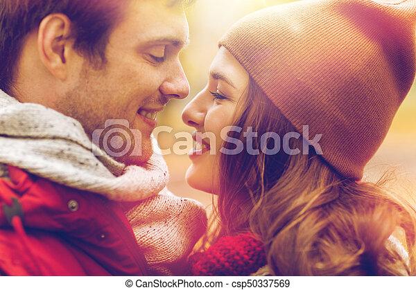 Cerca de una feliz pareja besándose al aire libre - csp50337569