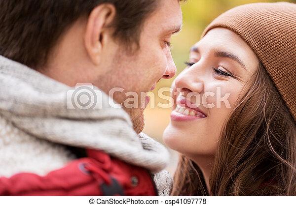 Cerca de una feliz pareja besándose al aire libre - csp41097778