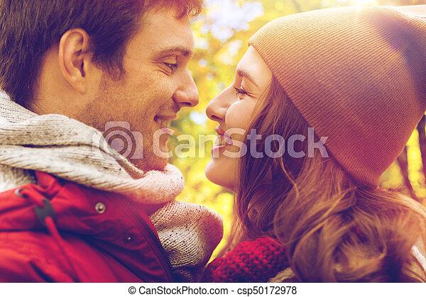 Cerca de una feliz pareja besándose al aire libre - csp50172978