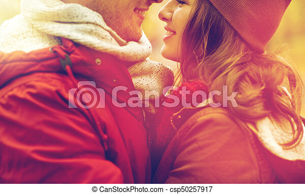 Cerca de una feliz pareja besándose al aire libre - csp50257917