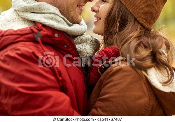 Cerca de una feliz pareja besándose al aire libre - csp41767487